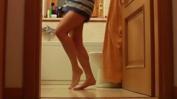 Holka tančí s ručníkem
