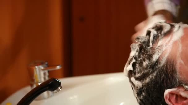 Parrucchiere per uomo lavaggio dei capelli
