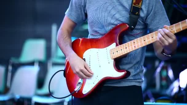 Az élő fellépés gitáros
