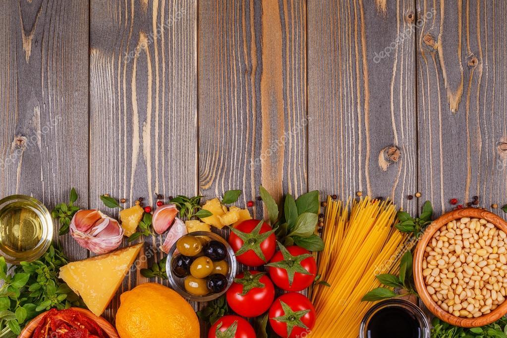 ингредиентов на деревянный стол