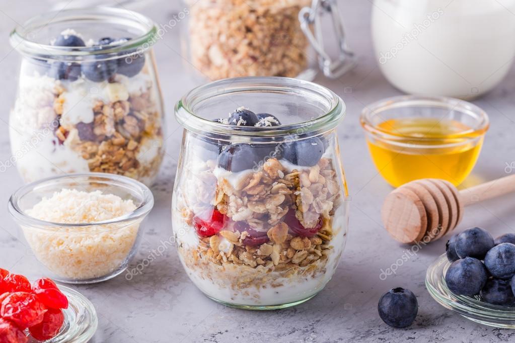 Glasgläser Haferflocken Mit Obst Joghurt Und Honig Stockfoto