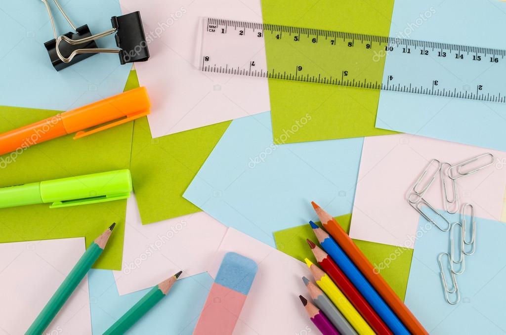 Kantoor school tools op houten tafel u stockfoto