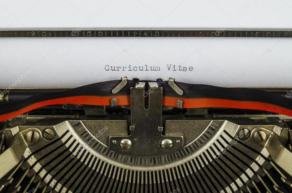 Curriculum vitae word impreso en una vieja máquina de escribir ...