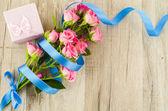 Fényképek Üres fából készült háttér színes virágok és a kék szalag