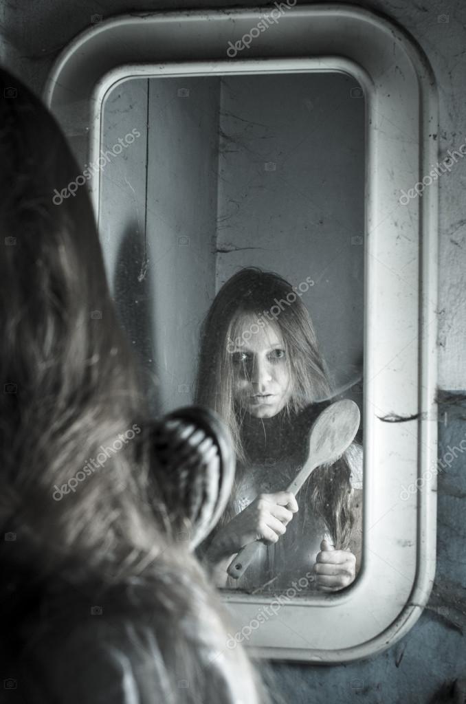 Orrore ragazza allo specchio foto stock - Ragazza davanti allo specchio ...