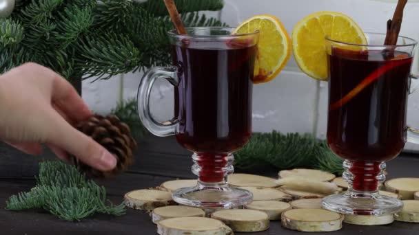 Ein Weihnachtsgetränk aus Zimt und Orange. Traditioneller Festumtrunk. Warme Weihnachten