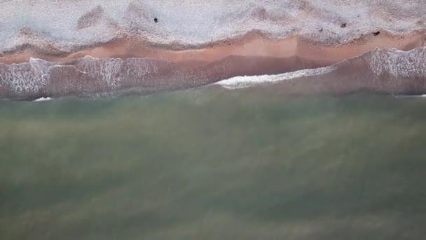 Luftaufnahme, an der Ostseeküste, die Stadt Liepaja in Lettland, eine schöne Flut am Ufer.