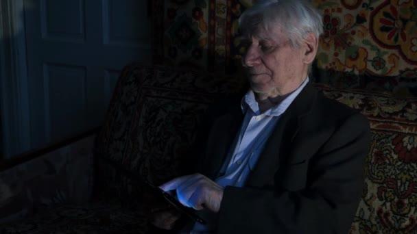 Alter Mann mit Computer