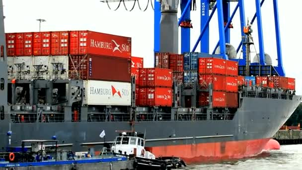 Kontejnerová loď v přístavu Hamburk