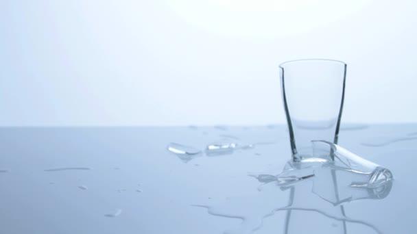 Rozbité sklo s vodou