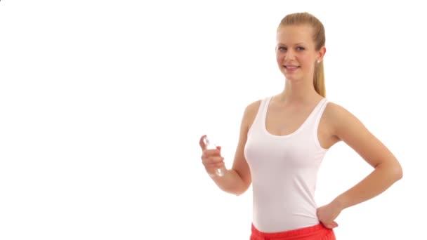 Mladá žena používá deodorant