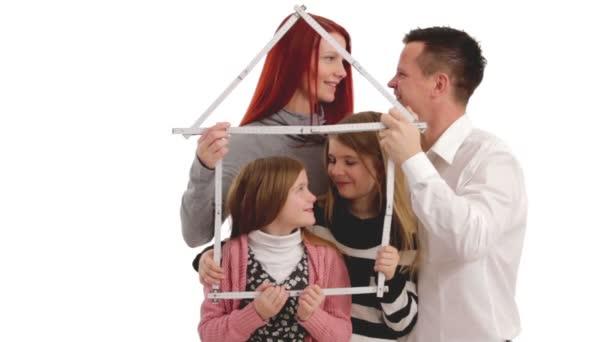 Rodina s měřítkem v podobě domu