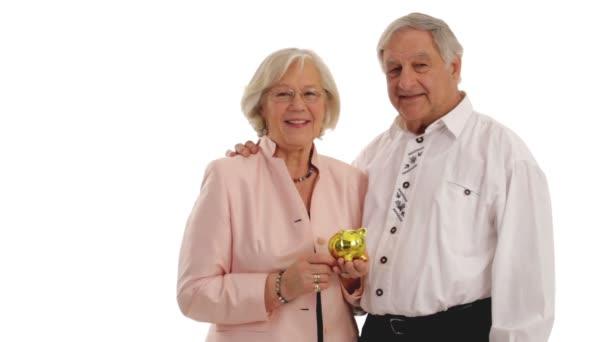 Pár starších občanů s prasátko.