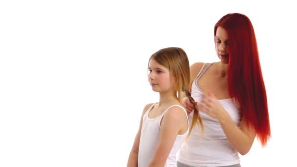 Matka dělat účes s její dcerou
