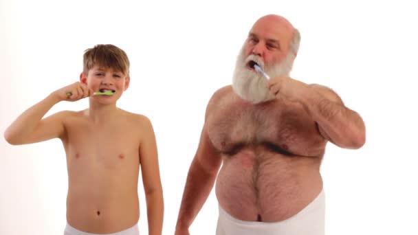 Opa und Enkel putzen sich die Zähne
