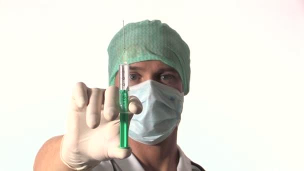 Arzt hält Spritze
