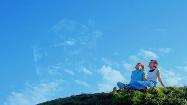 Mladý pár sní na kopci