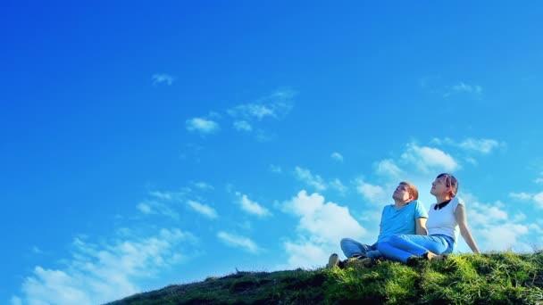 Fiatal pár, álmodik a hegyen