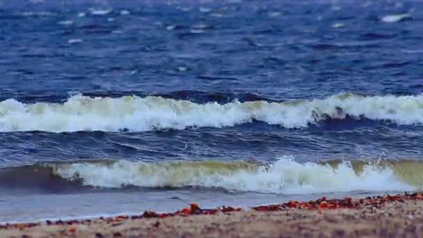 přívalové vlny na moři