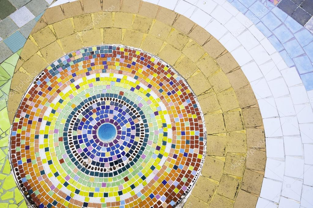 Decorazione del pavimento con piastrelle in ceramica e mosaico