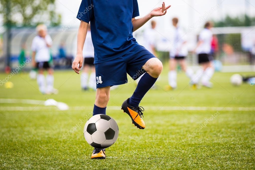Підлітки хлопчики грають футбол футбольний матч. Юні футболісти працює і  ногами м яч футбол футбол крок — Фото від matimix. Знайти схожі зображення e3e0d6ef9255d