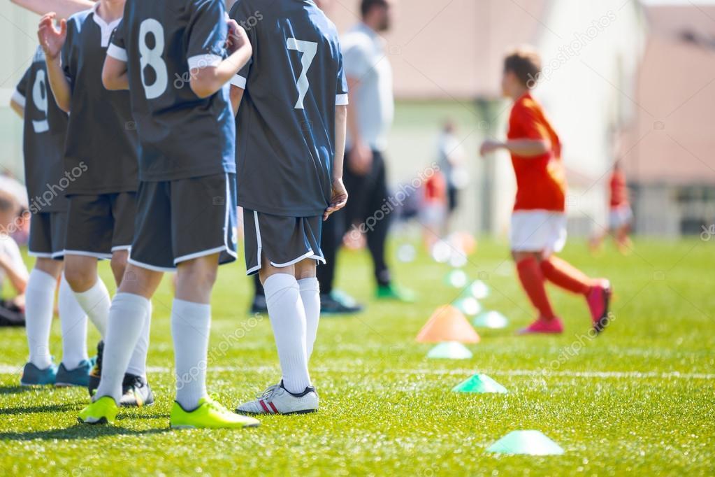 ba65fd1636153 Entrenador dando instrucciones del equipo de fútbol a niños. Fútbol y  chicos coche a viendo partido de fútbol. Juventud de reserva listo para  jugar el ...