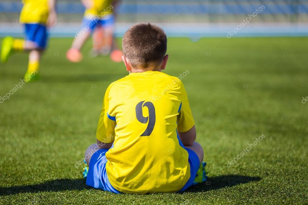 f54044b100c2d Jugador de fútbol fútbol joven en ropa deportiva. Juvenil fútbol partido de fútbol  para niños