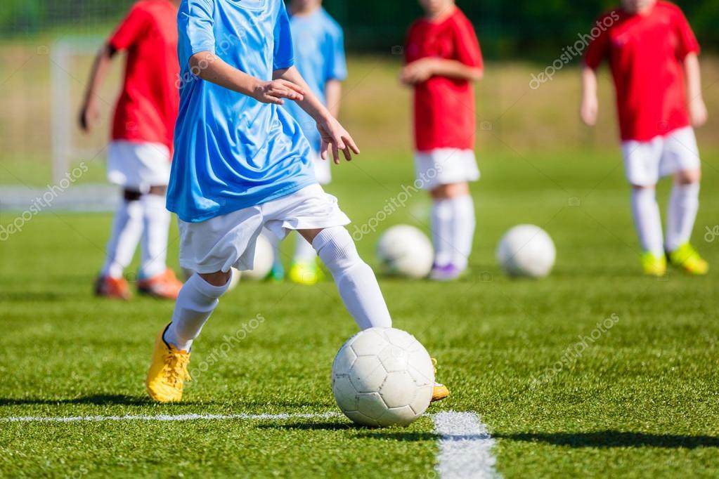 Ninos Jugando Futbol En La Cancha De Futbol Profesional Torneo De