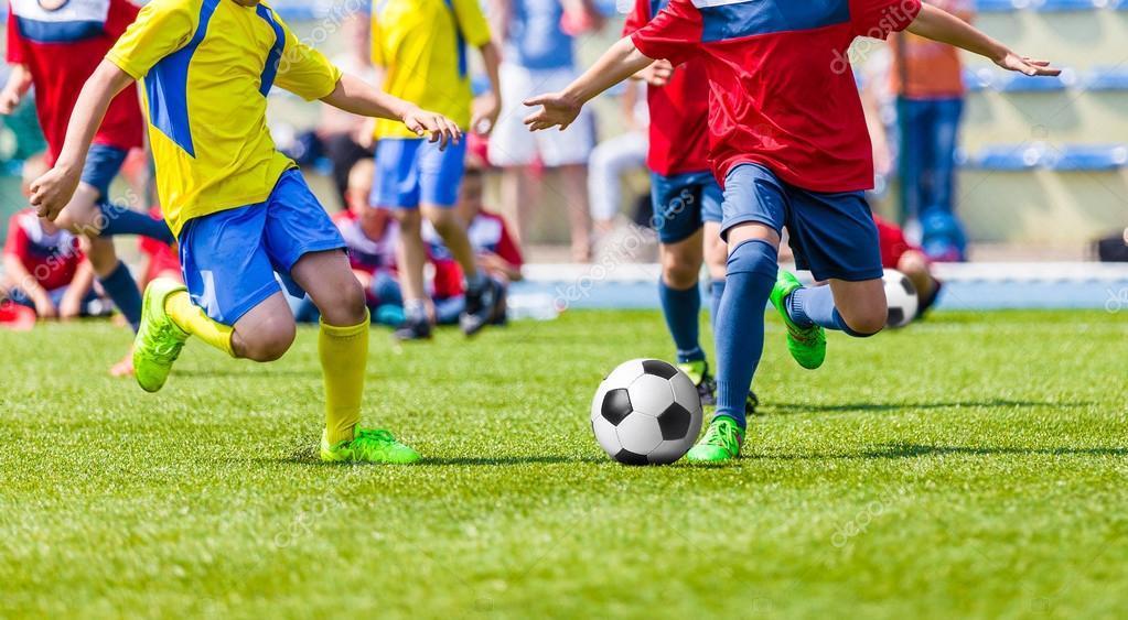 Partido De Futbol De Futbol Juvenil Ninos Jugando Futbol En El