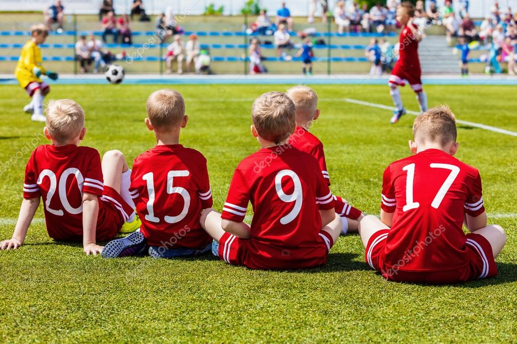 d50268d206e13 Futbolistas de reserva en un banco de equipo. Jugar juego de futbol de los  cabritos. Grupo de niños de fútbol tener capacitación y ver partido de  fútbol.