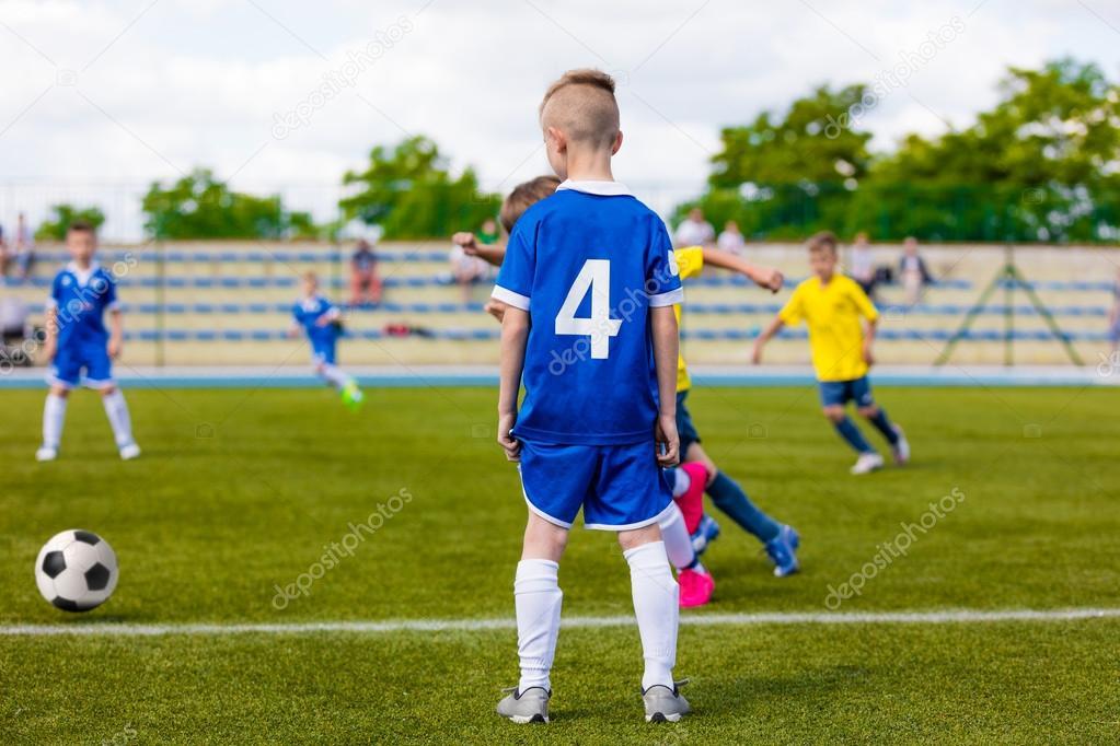 Immagini Di Calcio Per Bambini : Ragazzi di youngs calciare il pallone da calcio partita di calcio
