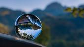 Fotografie Kristallkugel Alpenlandschaft mit Spiegelungen auf Autodach am Wendelstein, Bayrischzell, Bayern, Deutschland