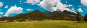 Fotografie Hochauflösendes genähtes Panorama eines schönen alpinen Sommerbildes mit dramatischen Wolken am berühmten Wendelstein bei Bayrischzell, Bayern, Deutschland