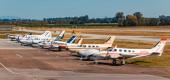 Schöner Herbst oder indischer Sommer mit Flugzeugen am Flughafen Straubing, Bayern, Deutschland