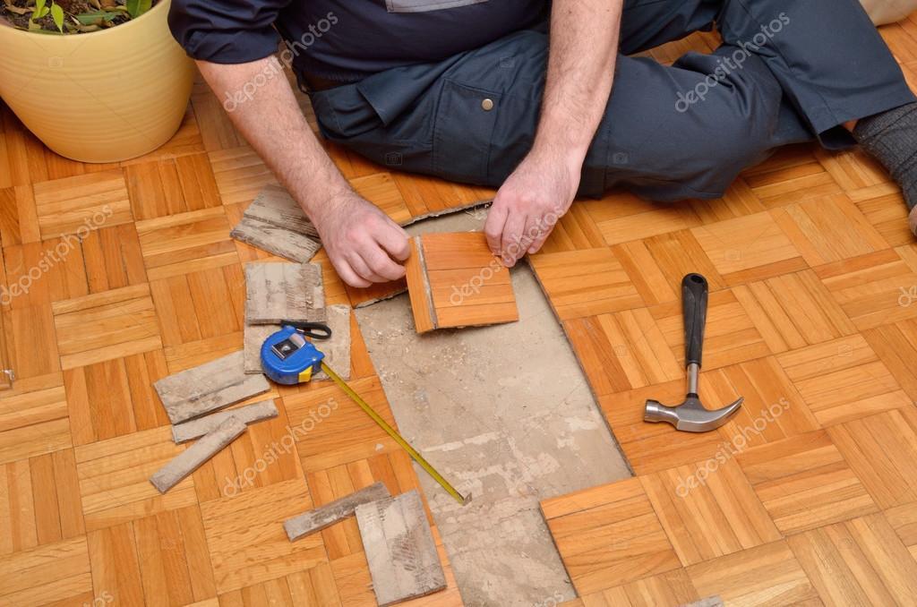 Reparatie houten vloer in de flat u stockfoto bane m