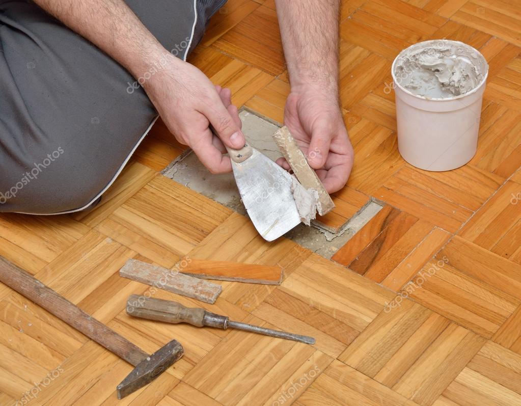 Houten Vloer Lijmen : De mens is een houten vloer lijmen u stockfoto bane m
