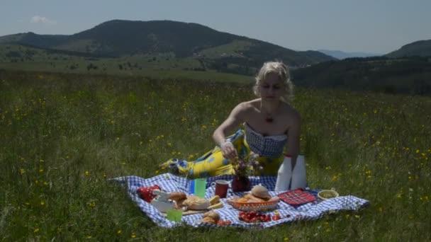 Dáma na piknik jíst třešně