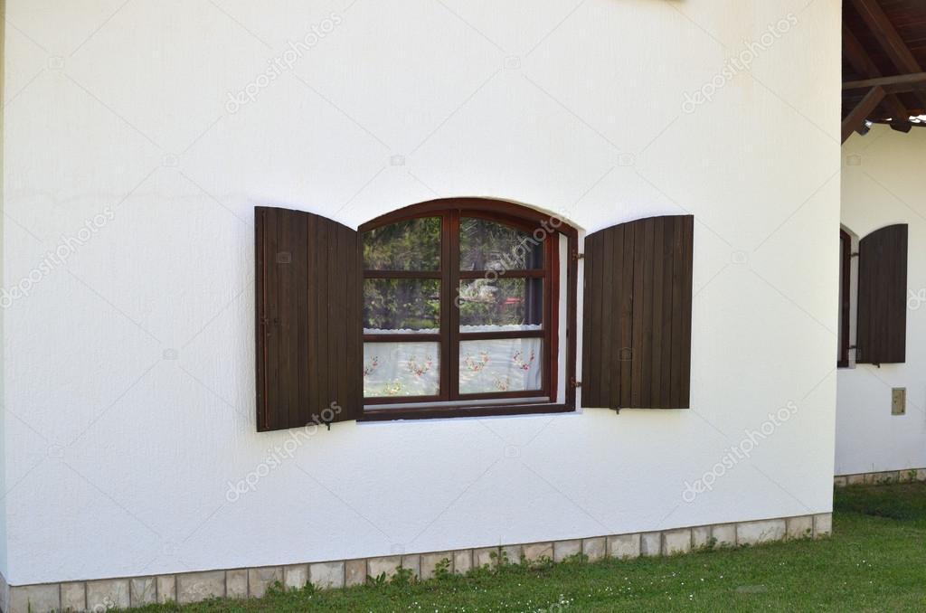 Braune Kunststofffenster braune fenster auf weiße wand stockfoto bane m 122874454