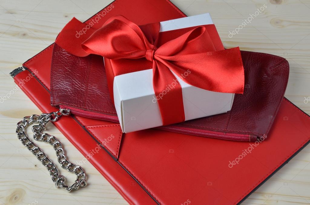 785d2eb63 Duas bolsas de diferentes tipo de couro e uma caixa de presente de luxo —  Fotografia