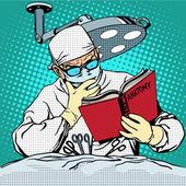 Der Chirurg vor der Operation liest Anatomie. Medizin und Heilen