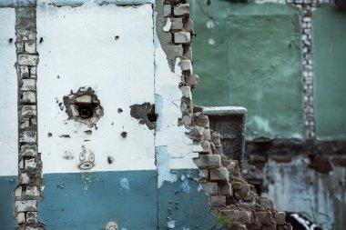 Portre resim c ile bir bina, bir kirli harap tuğla duvar