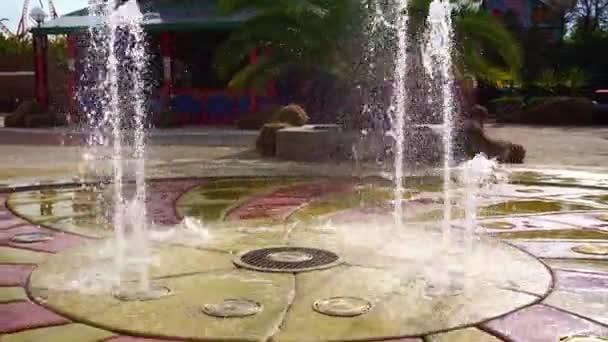 Strahl des trockenen Brunnens für Fußgänger aus dem Boden. Unterhaltung für Kinder bei Hitze.