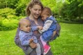 Fotografie Krásná matka hodling dvě děti