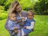 Fotografie Dvě děti mladé matky hospodářství