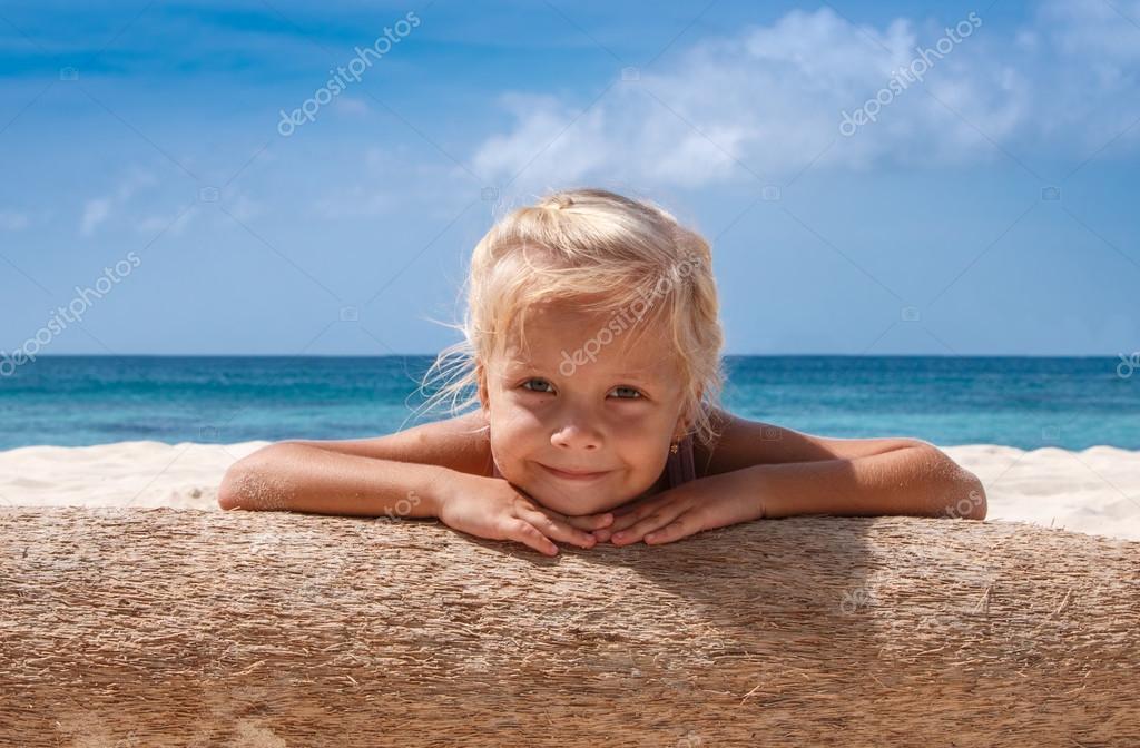 little girl sun かわいい小さな女の子お休みになったりサンラウンジチェアビーチチェアを備えております - インド洋のストックフォトや画像を多数ご用意