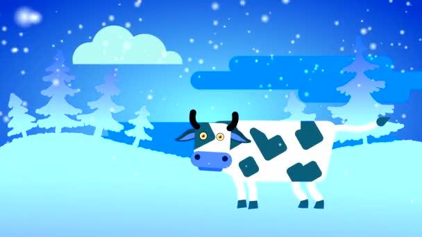 Eine weiße Kuh mit dunklen Flecken und großen Augen steht im Schnee vor dem Hintergrund eines weißen Waldes und eines blauen Himmels mit einer Wolke. Loopingzeichentrick mit gezeichnetem flachen Charakter.