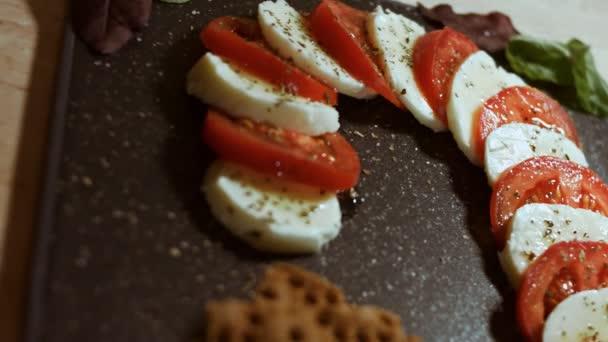 Caprese - italské národní jídlo. Nakrájená rajčata a mozarella ve tvaru vánoční cukrové třtiny. Podává se s bazalkou a olivovým olejem. Zpomalení. Zobrazení maker