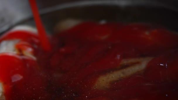Přikryl jsem párky kečupem v pivní míse. 4k domácí video BBQ Brats