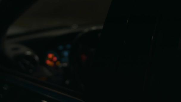 Családi autós show-t forgatnak éjjel LED-es nagy teljesítményű vasalókkal. 4k videó