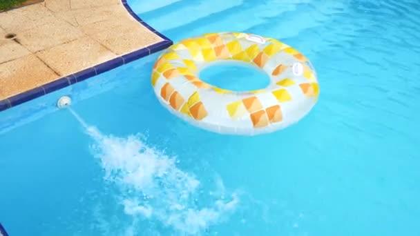 Plavat v bazénu, v létě (4k)